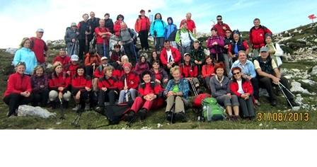 Na sliki je samo prva skupina, ki je osvojila Peco, druga je prispela gor bolj pozno, takrat so prvi že uživali na koči.